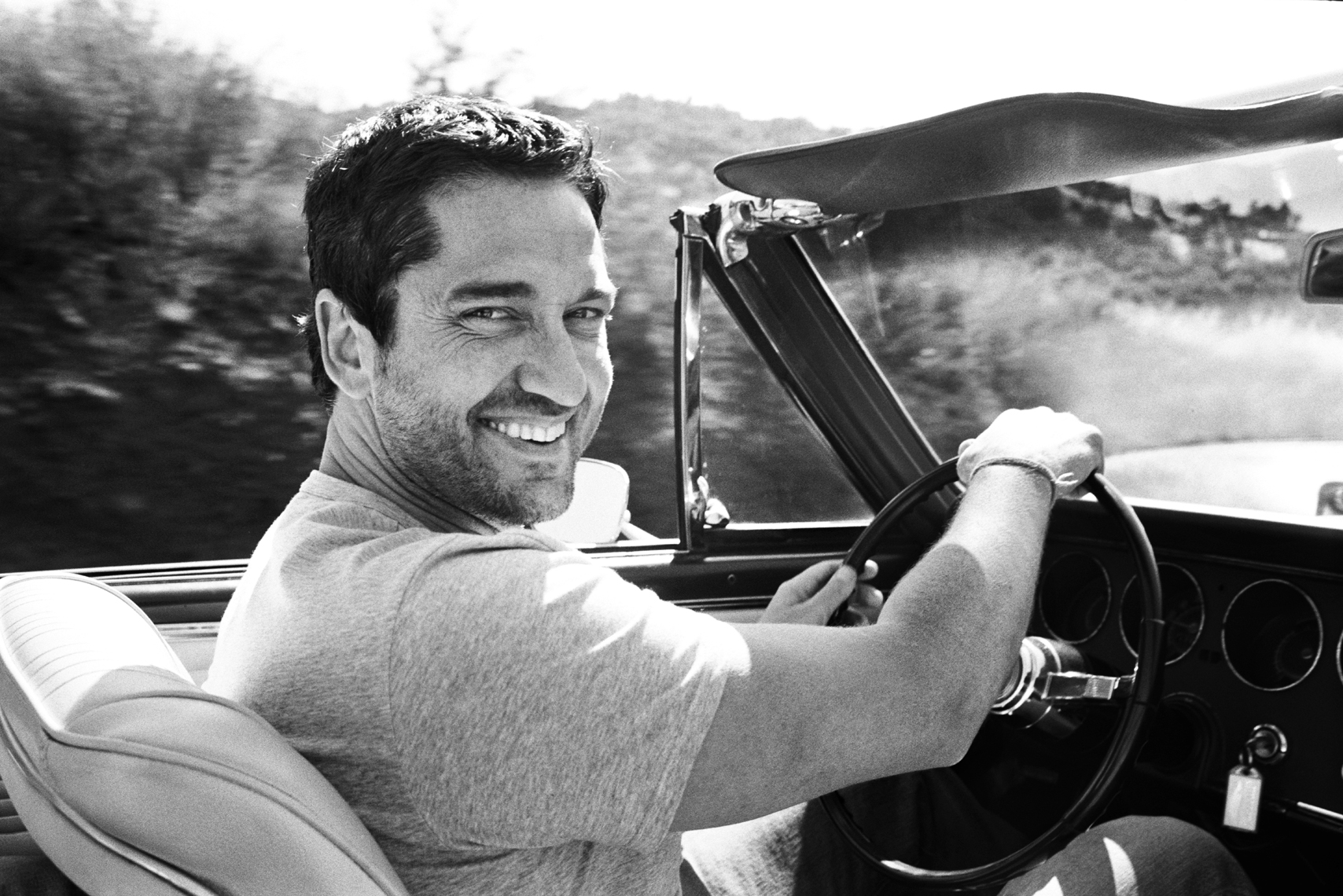 wGerard_Butler_Driving_Car_BW
