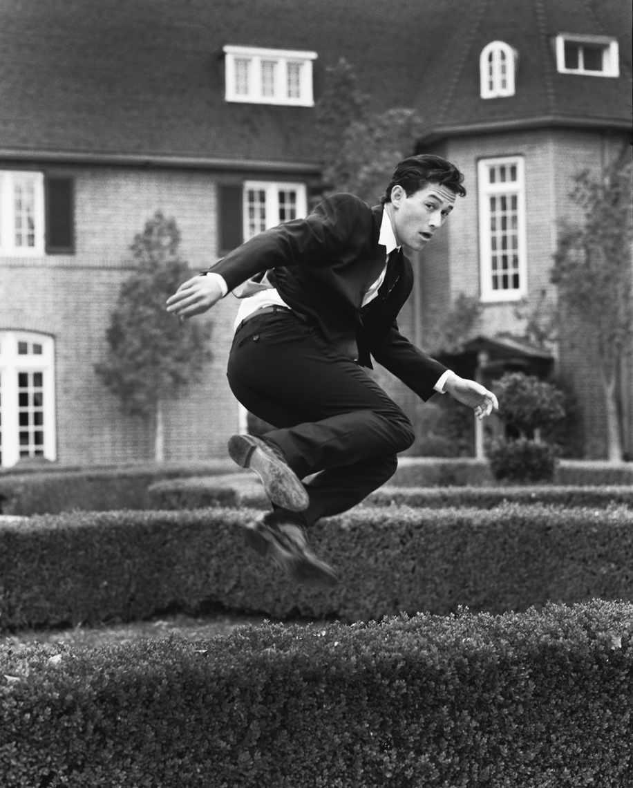 wJoGordon_Levitt_Jumping_Hedge_BW