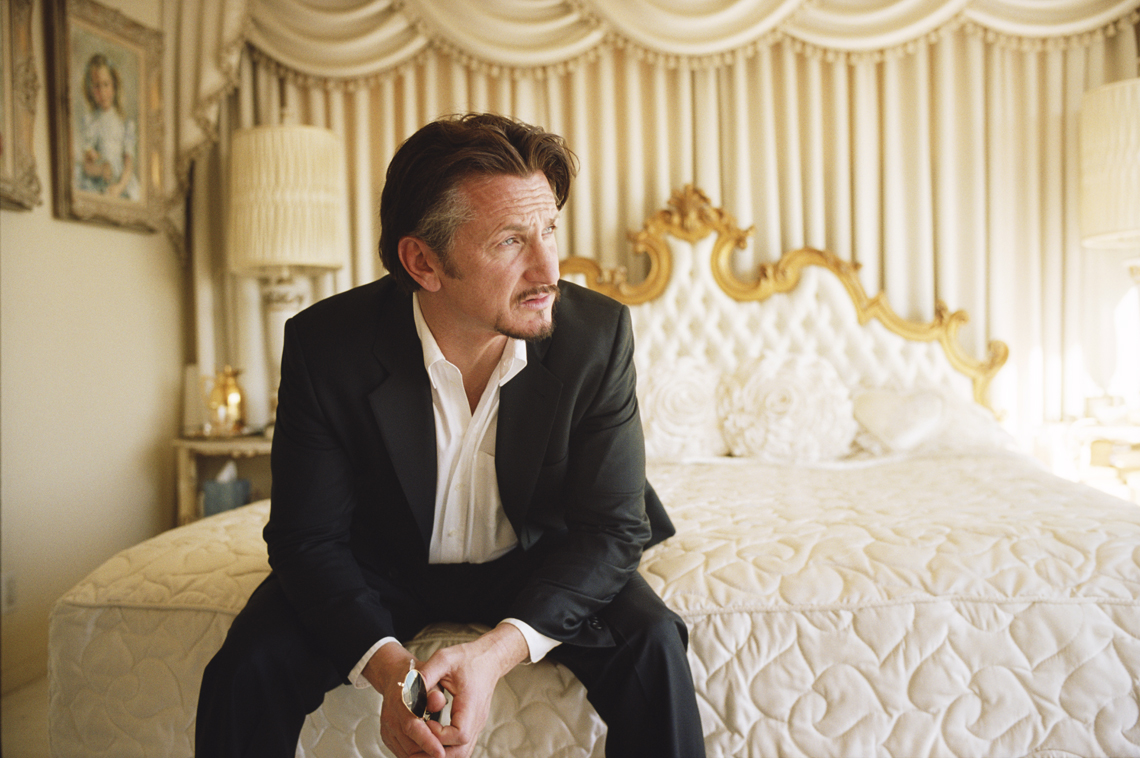wSean_Penn_Sitting_On_Bed
