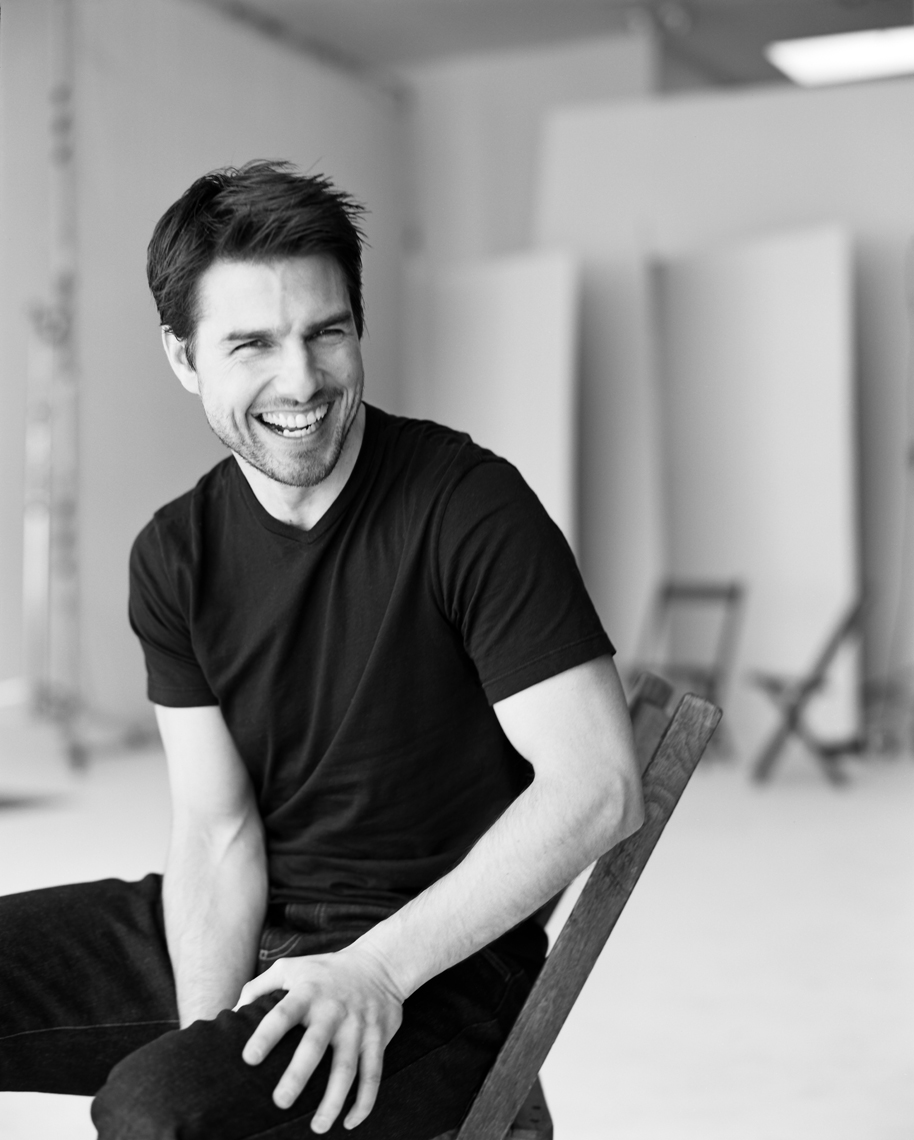 wTom_Cruise_Sitting_Smiling_BW